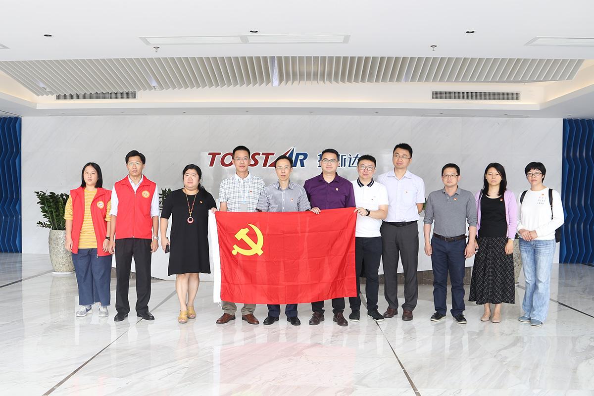 市经信局机关第六党支部人员与左总合照